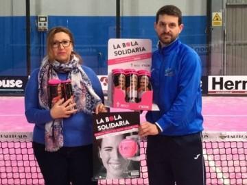 La AECC agradece a Pádel Miróbriga la introducción de las bolas rosas